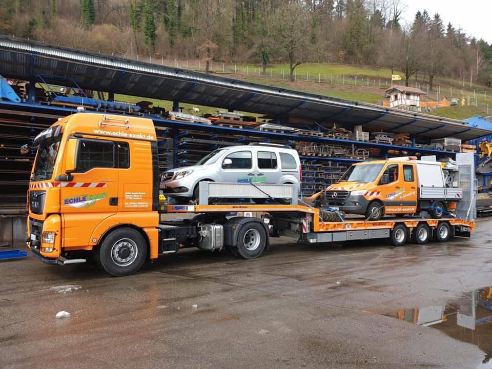 Transportzug mit Fahrzeugen beladen im Hof